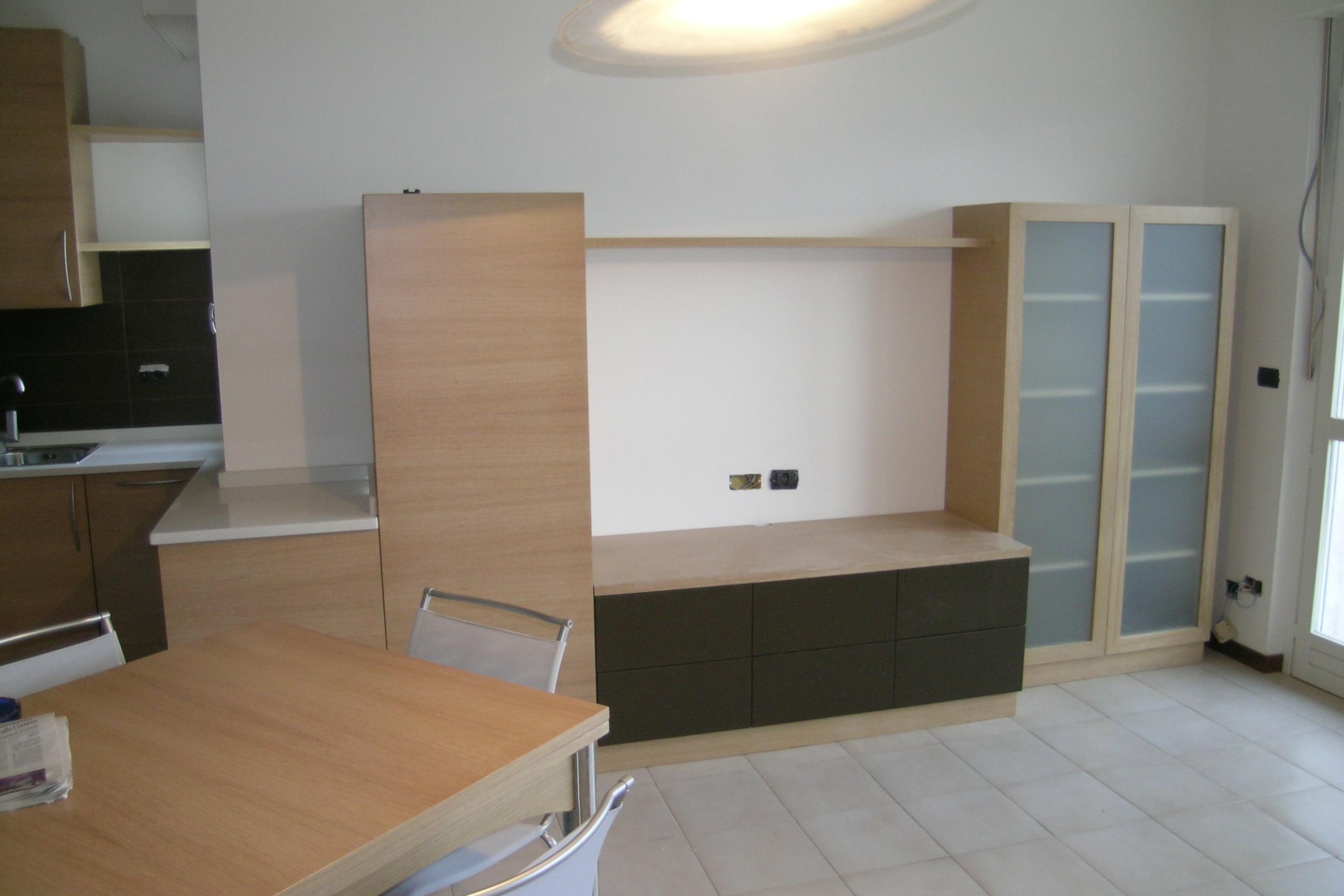 Muretto divisorio cucina soggiorno vetrate per isolare la for Arredamento tinello soggiorno